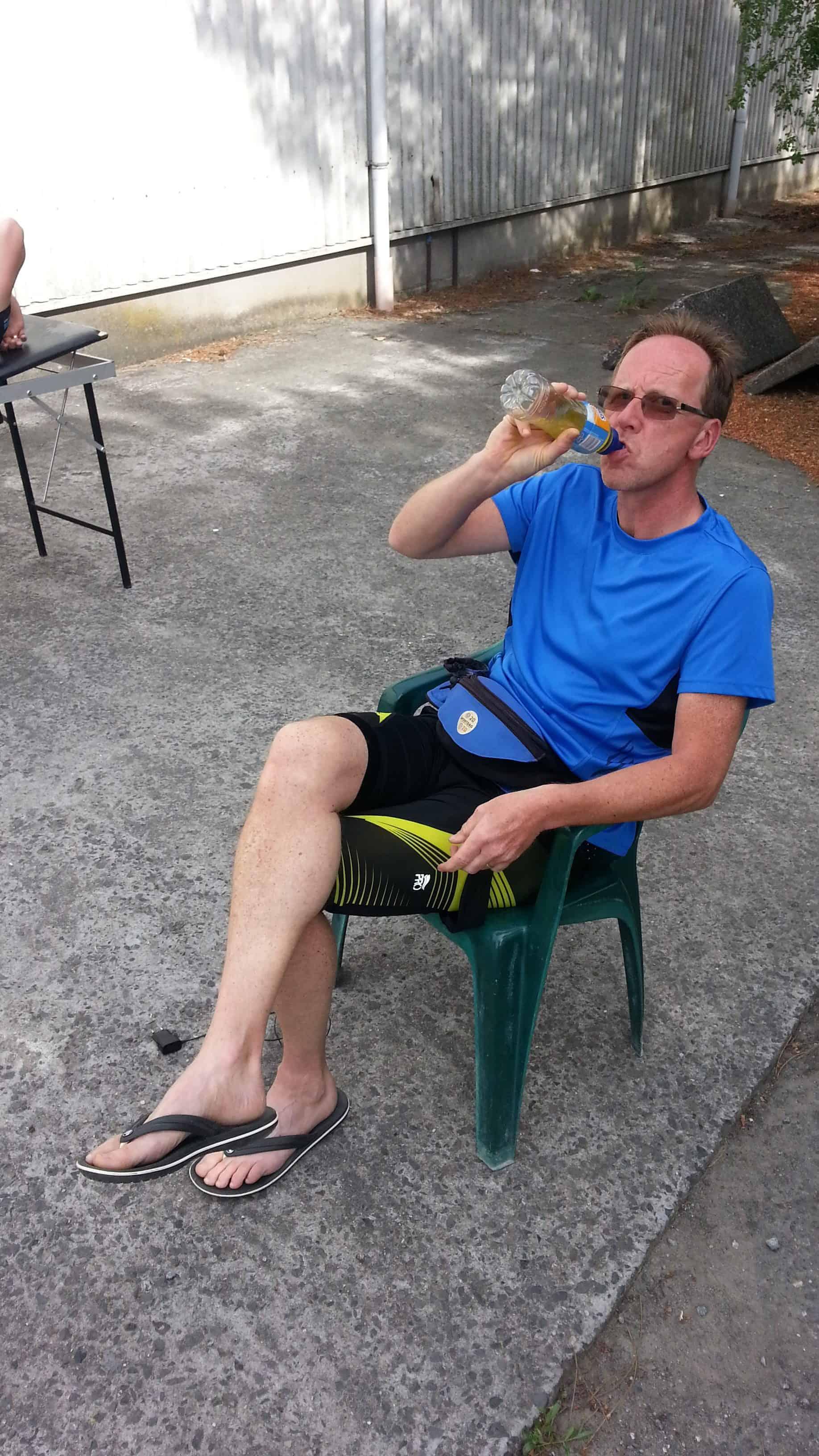Fred aan het drinken tijdens de Roparun