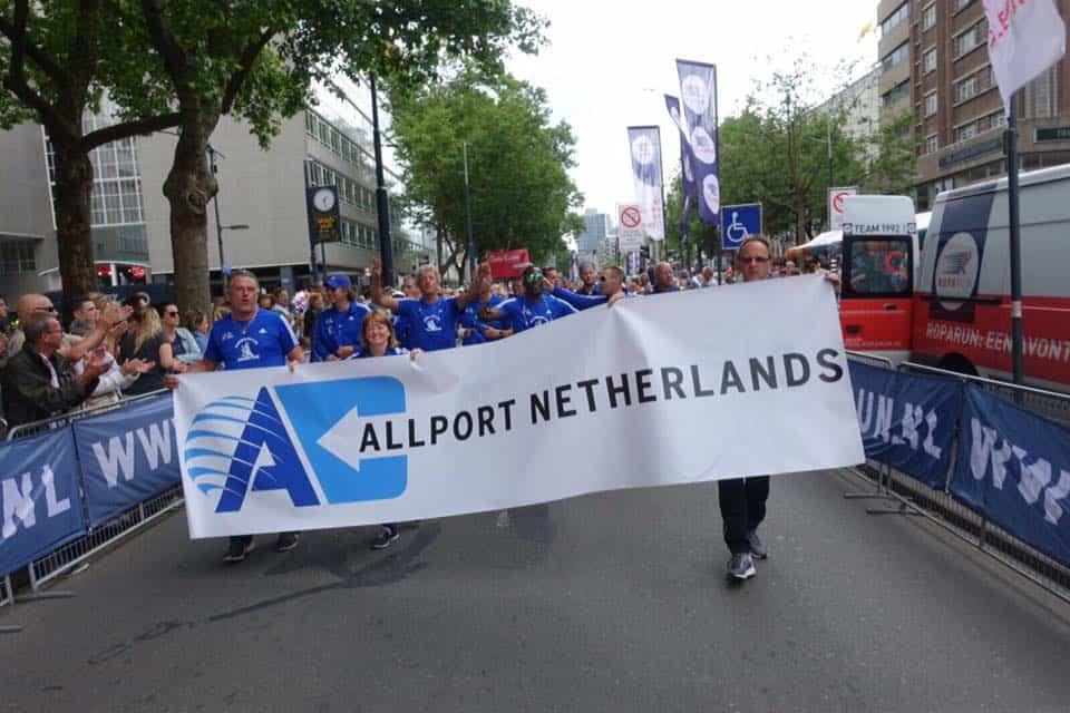 Het team met logo van hoofdsponsor bij de finish van de Roparun